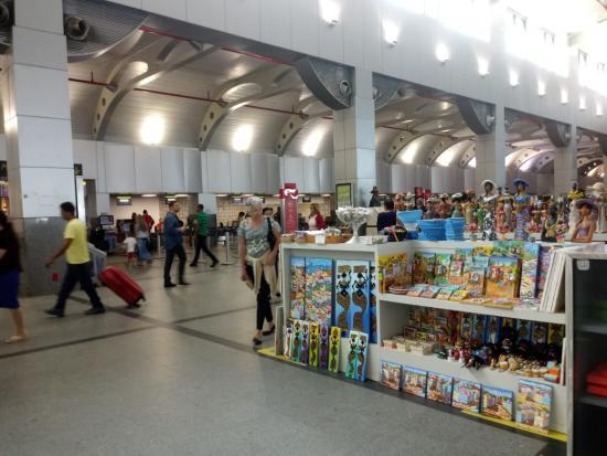 264b4ef90 Na última segunda-feira (1º) o Aeroporto Salvador Bahia iniciou mais uma  etapa de obras para ampliação da área de embarque com a reforma do corredor  que ...