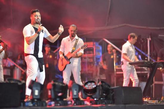 320ada3ee Primeira atração a tocar na terceira noite do Réveillon Salvador 2016, a  banda Sorriso Maroto conta com a colaboração do público para o show da  última ...